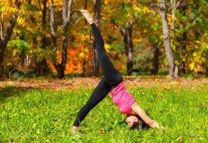 11726957-exercices-femme-dans-la-forêt-d-automne-yoga-adho-mukha-eka-pada-shvanasana-posent